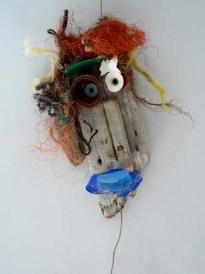 Bois flotté et objets hétéroclites glanés sur une plage. Environ 30 cm Accrochage au mur.