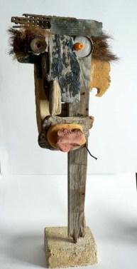 Assemblages d'objets hétéroclites (bois flotté, détritus...) Présenté sur un socle en pierre.