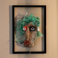 Portrait 34. Bois flotté et objets hétéroclites glanés sur une plage. Cadre en bois 50 x 30 cm.