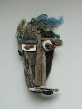 Bois flotté et objets hétéroclites glanés sur une plage.Environ 35 cmAccrochage au mur (VENDU)