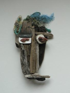 Bois flotté et objets hétéroclites glanés sur une plage. Environ 35 cm Accrochage au mur VENDU